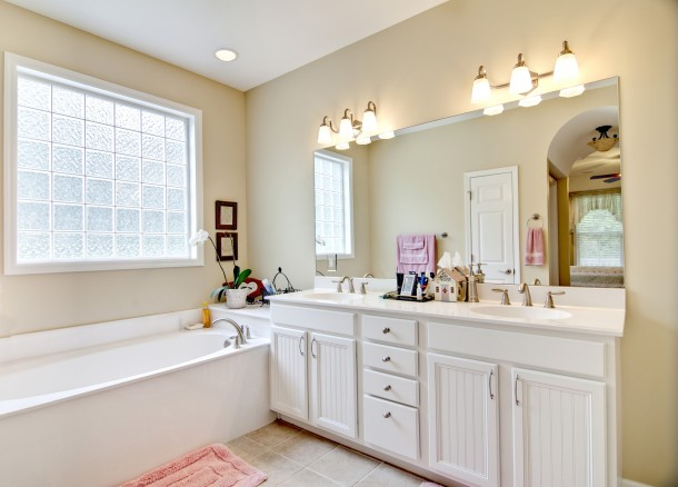 Nőies fehér fürdőszoba