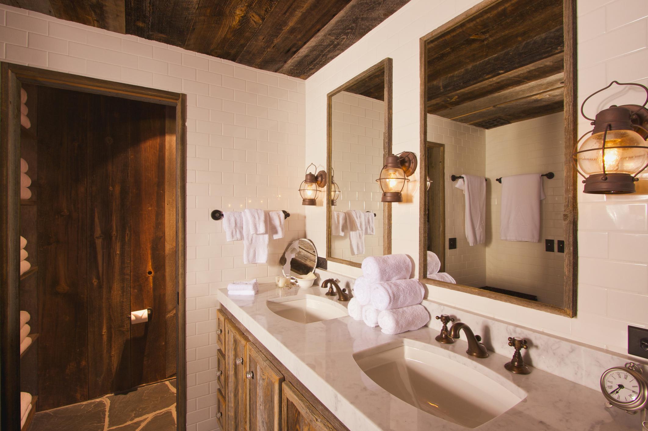 Fundamenta – Otthonok és megoldások Rusztikus fehér fürdőszoba - Fundamenta - Otthonok és megoldások