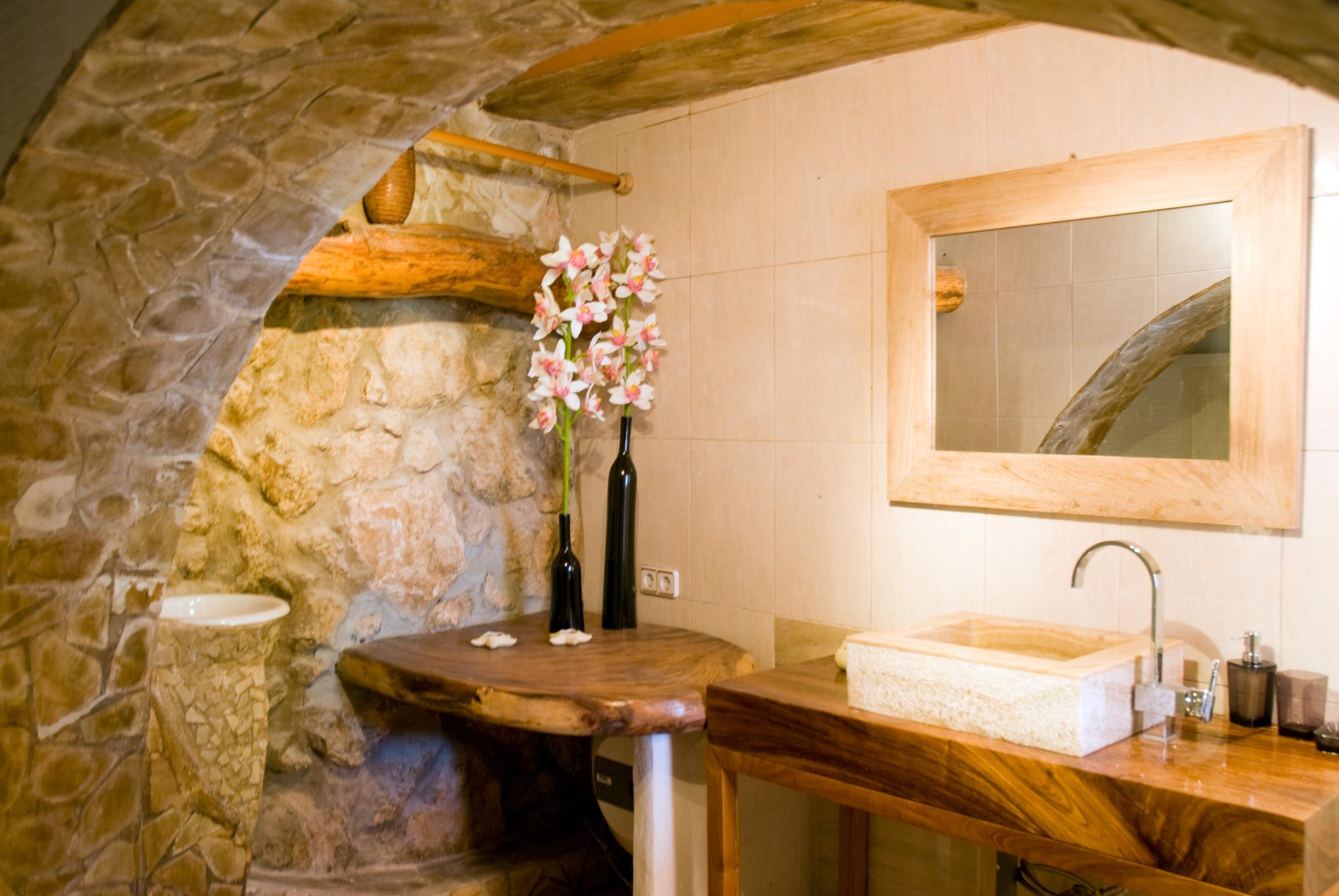 Fundamenta – Otthonok és megoldások Rusztikus meleg fürdőszoba - Fundamenta - Otthonok és megoldások