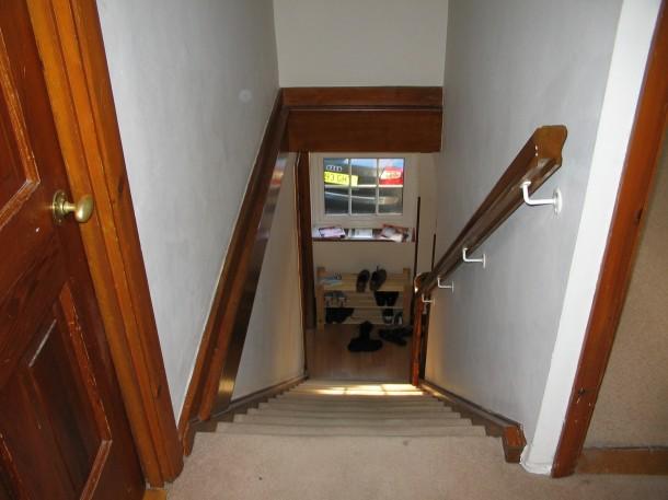 Keskeny előszoba és meredek lépcső