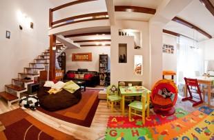 Budapesti bérházban található kétszintes lakás csodálatos belső terasszal