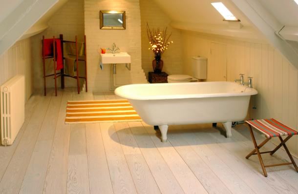 A fehér padló tisztaságérzetet sugall a fürdőben