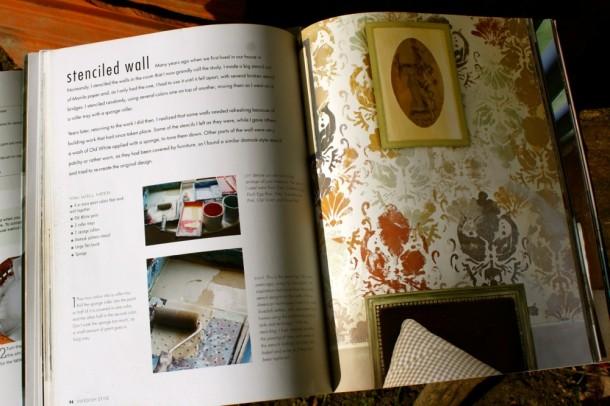 A festék sokoldalúan használható. A tankönyvben egy példa a stencilezésre