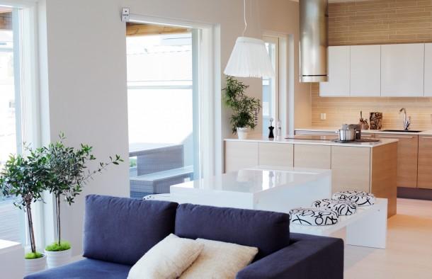 Olyan kiegészítő árnyalatokat használjunk, melyek illenek a faszínű bútorokhoz!