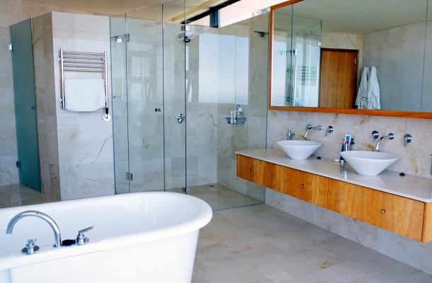 A fürdőszoba tiszta, rendezett