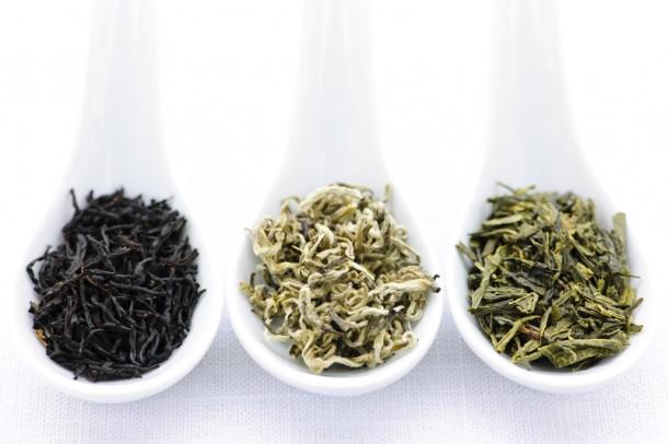 Különböző színű és aromájú teafüvek