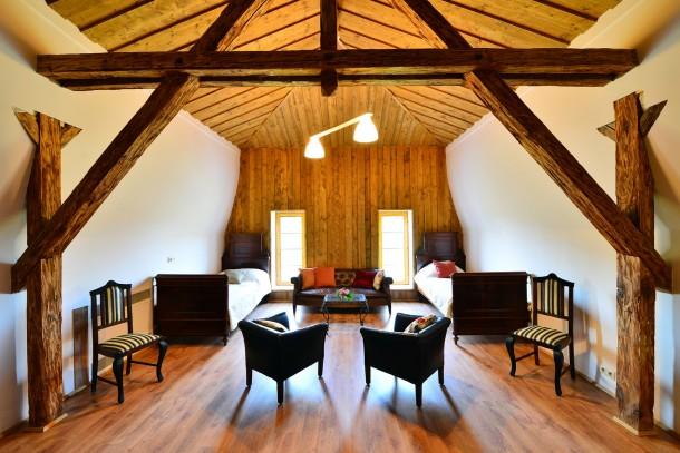 Tetőtéri szoba: egyszerűségében is nagyvonalú
