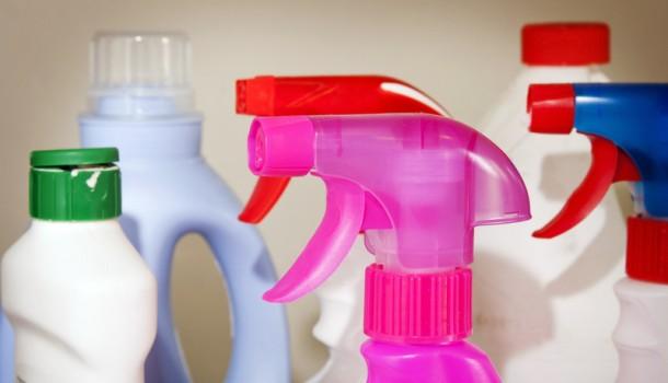A tisztítószereket elzárva tartsd a fürdőszobában