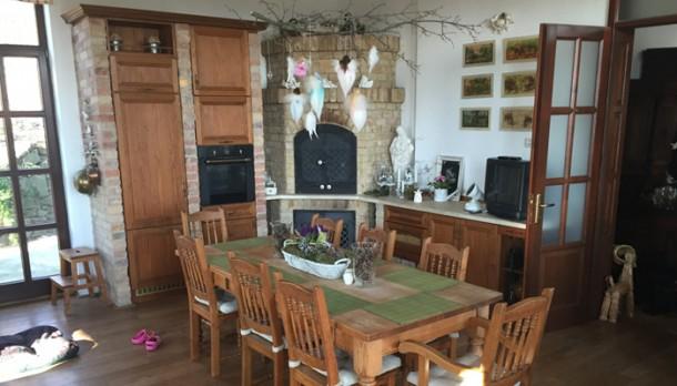 A konyha-étkező, háttérben a kemencével
