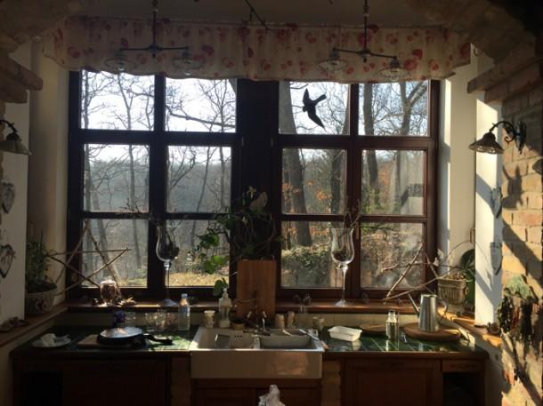 A konyhaablakból jó a kilátás a madárbarát kertre