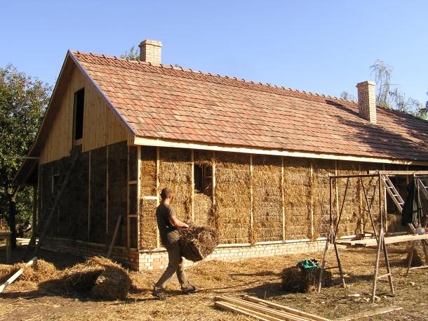 Szalmaház építése