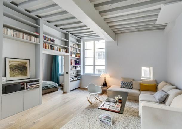 Tárolófunkciós kanapé falba süllyesztett könyvespolccal
