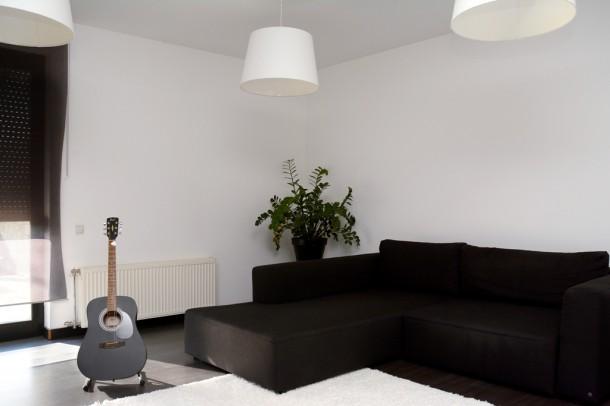 A nappali Pisti kedvenc gitárjával