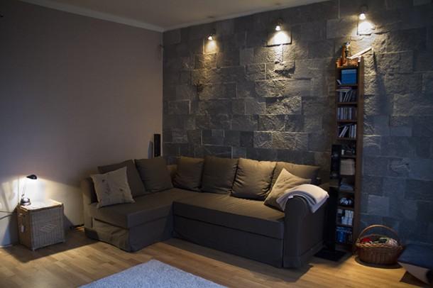 A nappali egyik fala természetes kőburkolatot kapott
