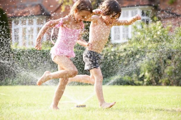 Hogyan tedd biztonságossá a kertet a gyermekednek a vakáció idején?