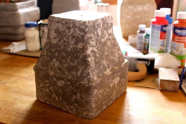 A lámpabura hulladék papírból készült és sablonnal van megformázva