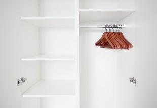 Így újítsd fel fillérekből csúnya panelos előszobai beépített szekrénysorodat!