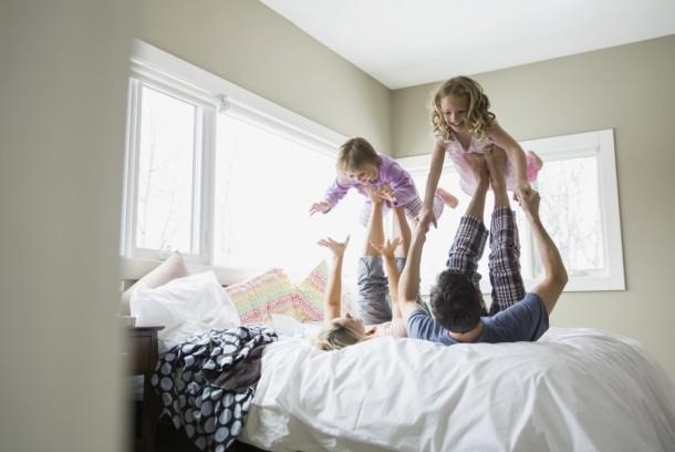 Ha a gyerkőcöket egy kis reggeli közös játék motiválja az ébredésre, majd a gyorsabb készülődésre, tegyétek meg. Így még a hangulatotok is jobb lesz!