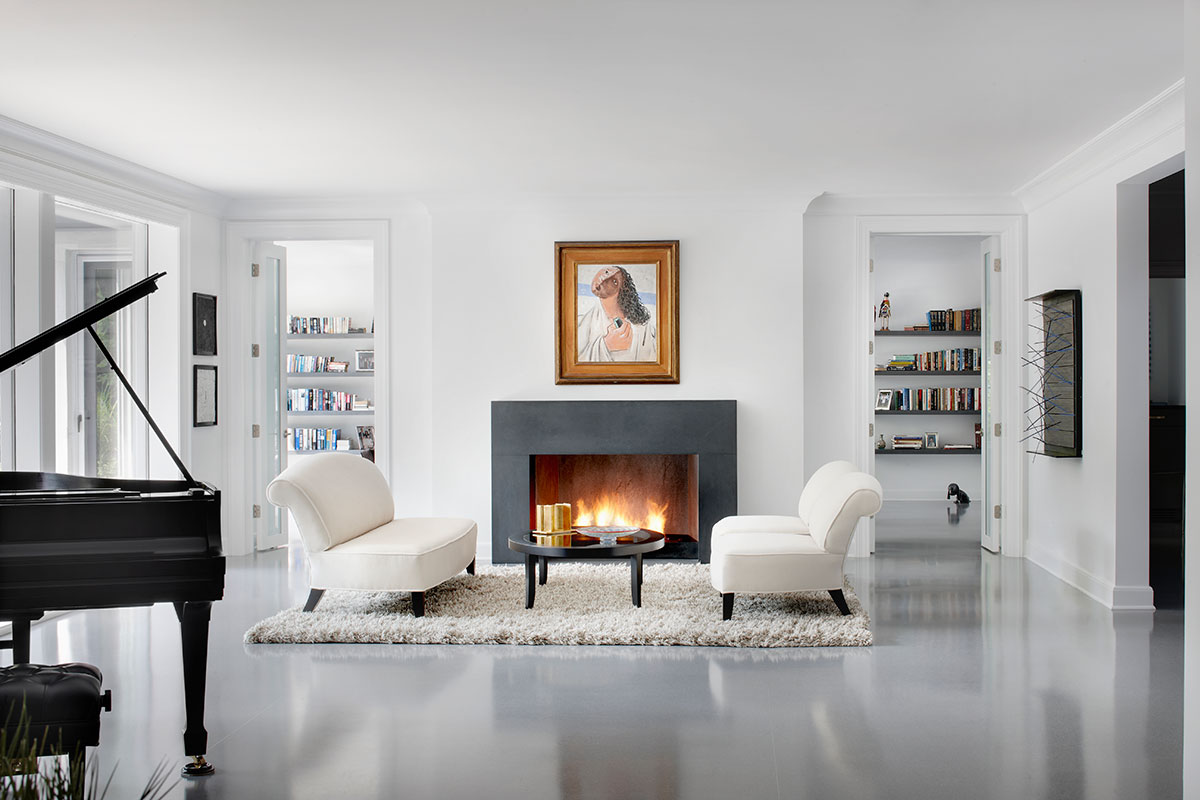 Egy zenész fekete-fehér modern, minimalista lakása fekete falakkal és konyhabútorral