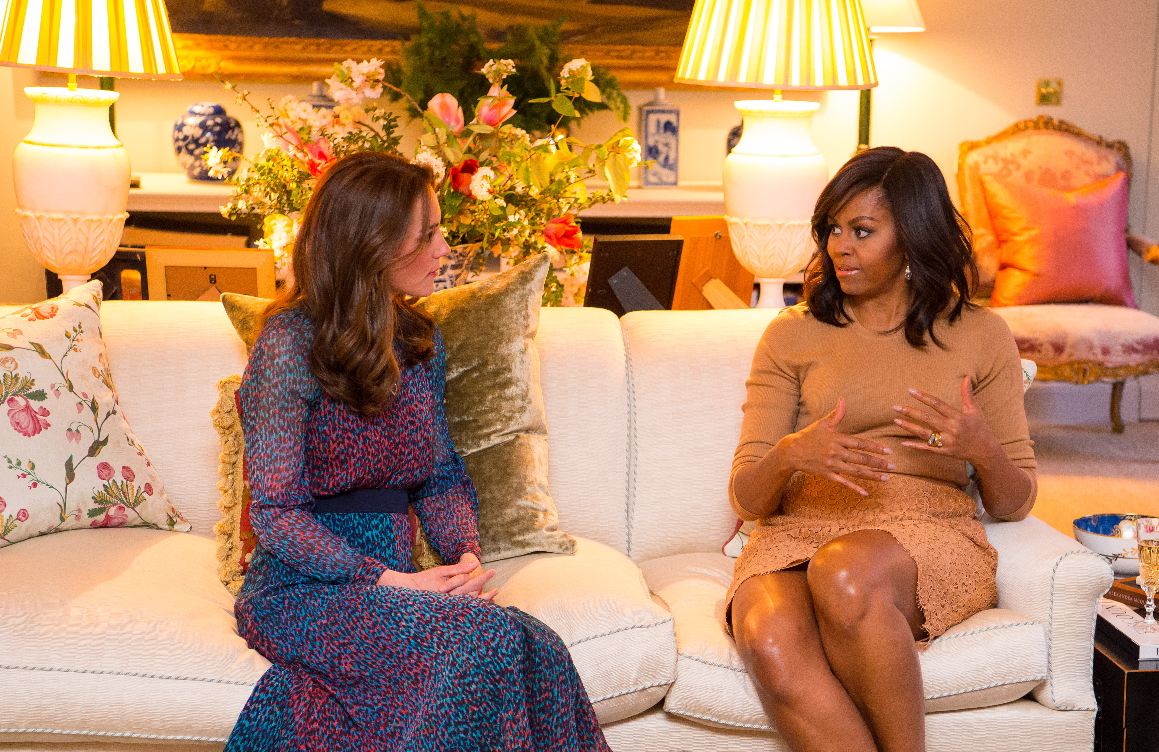 Katalin és a first lady, Michelle Obama a nappali egyik kanapéján. A háttérben jól látható, hogy a család nem csak virágos dolgokkal, de élő virággal is szeretik díszíteni otthonukat. Valamint kedveli a régi, elegáns, antik bútorokat.