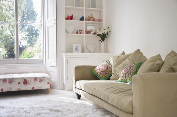7 remek tipp, hogy tűnhet kis nappalid nagyobbnak