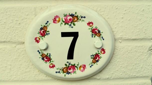 Inspiráló házszámok – 19 kreatív megoldás házszám tábla helyett