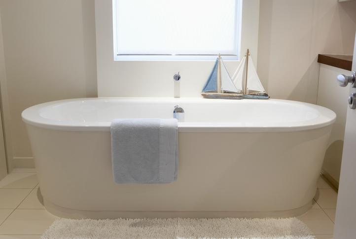 5+1 érv a fürdőkádajtó mellett – hogy könnyebb legyen a be- és kiszállás