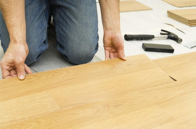 Így rakd le a laminált padlót saját kezűleg – Tuti recept 10 lépésben