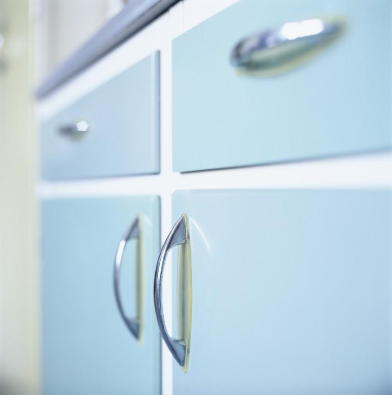 6 dolog, amit tudnod kell, mielőtt lefested a konyhaszekrényt!