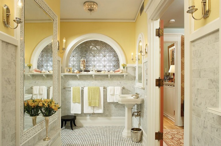 Trendi és frissítő: sárga és szürke színek a fürdőszobában