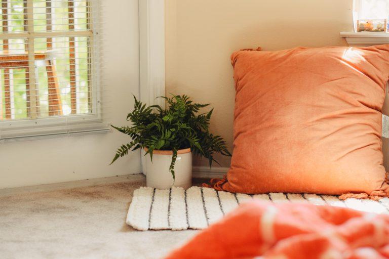 Narancsszínű dekoráció, a szezon sztárja – Így használd ezt a színt az otthonodban!