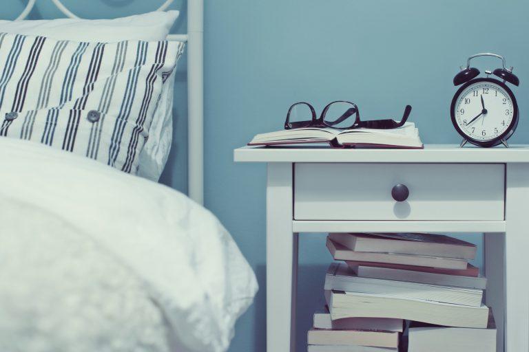 Ezt állítsd az ágyad mellé – 10 alternatív megoldás éjjeli szekrényre