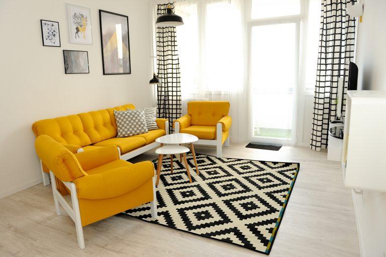Minden, csak nem átlagos! Figyelemfelkeltő másfél szobás fekete-sárga, felújított panellakás