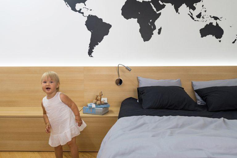 Lakás világtérképpel – Harmonikus és tágas kislakás ütős faldekorációval