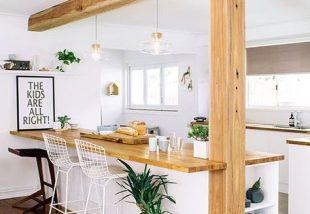 Stílusok találkozása: fagerendás mennyezet modern konyhákban