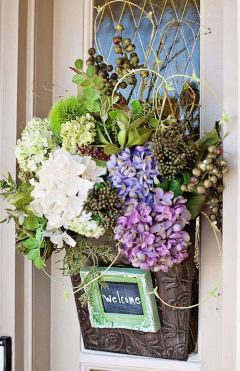 Így dekoráld a bejárati ajtód tavasszal! – 10 szemet gyönyörködtető tipp a legzöldebb hónapra