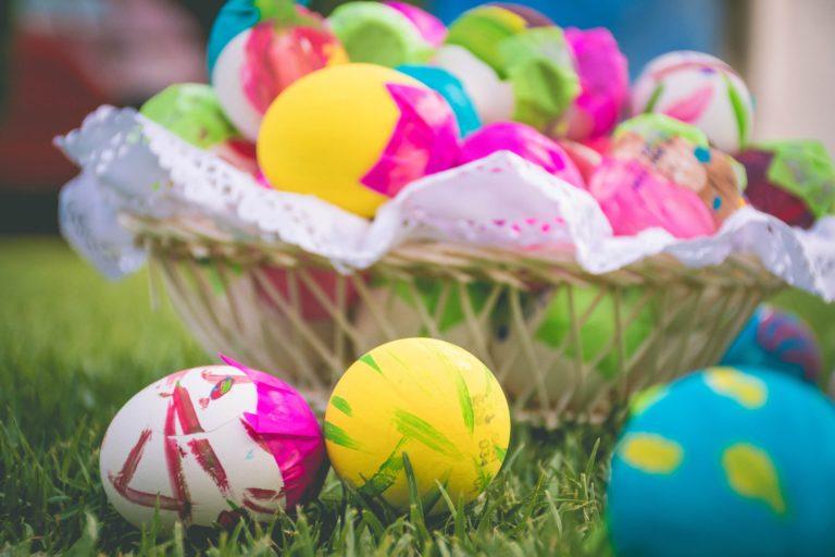 Természetes anyagokkal festett tojások, kipróbált tojásfesték receptekkel!