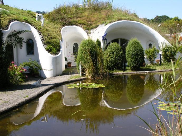 Íme, ilyen a környezetbarát társasház: 9 földház egy tó körül