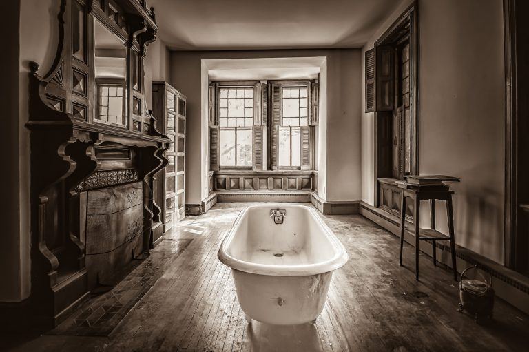 Oroszlán lábas kád: a luxus jelképe vagy a legkevésbé praktikus megoldás a fürdőszobában?