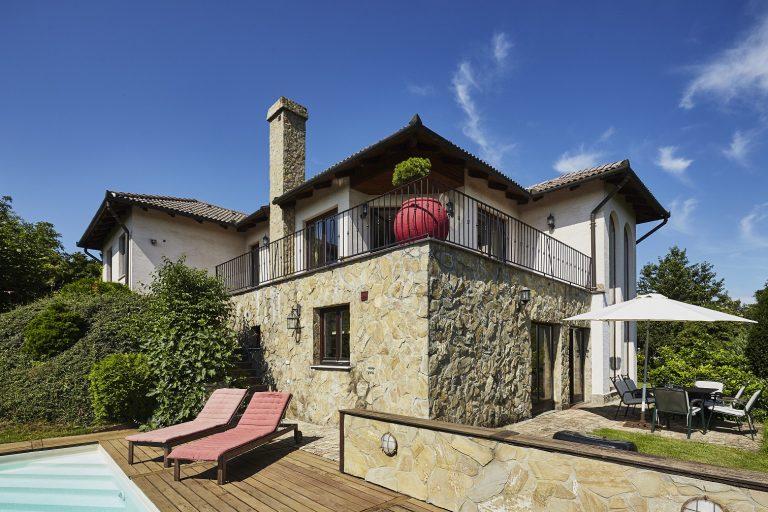 Toszkán hangulatú solymári luxusház kerttel, medencével, nagy erkéllyel és lélegzetelállító panorámával!