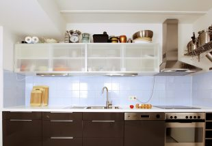 Így ne hagyd kárba veszni a konyhaszekrény feletti részt