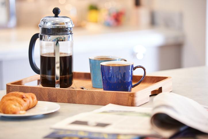 Így tárold a tálcákat a konyhában, hogy azok ne okozzanak felfordulást