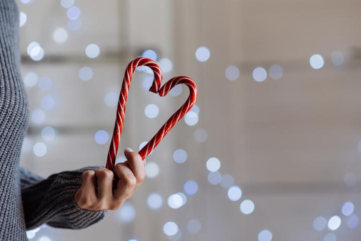 Készíts borsmenta cukorkából kínálótálat! Garantáltan a legédesebb dekor karácsonyra!