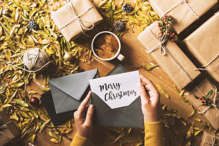 Postán érkezett dekoráció! Így állítsd ki a karácsonyi képeslapokat az ünnepek idején