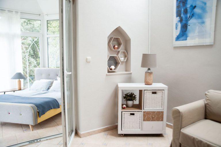 Sikersztori! Lakatlan budai vendégházból trendi lakássávarázsolta új otthonát a 29 éves női cégvezető