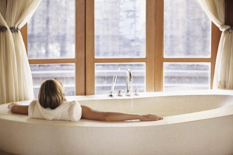 Próbálj meg lazítani! 10 megfizethető ötlet a tökéletesen kényeztető fürdőszobához