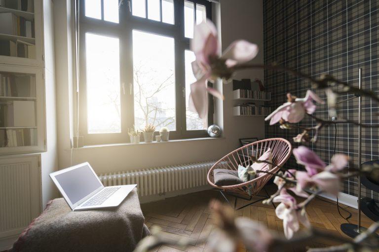 Menő felújított panellakásokat vagy a hazai sztárok otthonait nézegetnéd? Akkor 1 dolgot még ma tegyél meg!