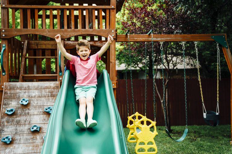 Gyerekjáték! Napszítta kerti csúszda felújítása házilag
