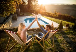 Soha nem találod ki, miből készült medence a családi udvarra - VIDEÓ!