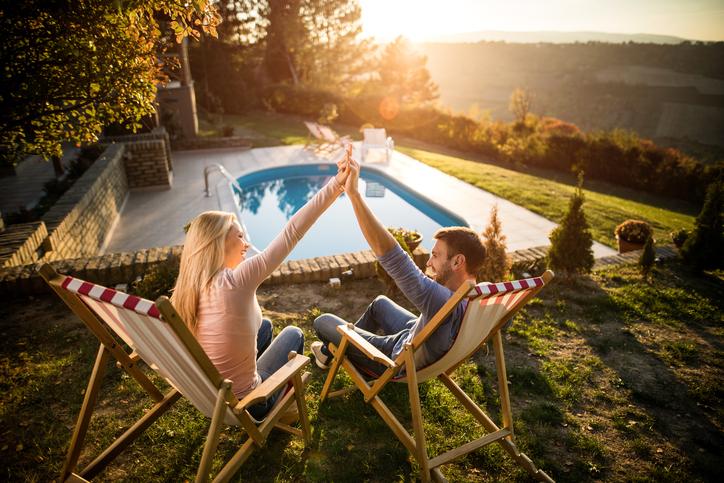 Soha nem találod ki, miből készült medence a családi udvarra – VIDEÓ!